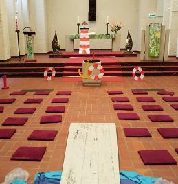 Foto: vorbereiteter Altarraum