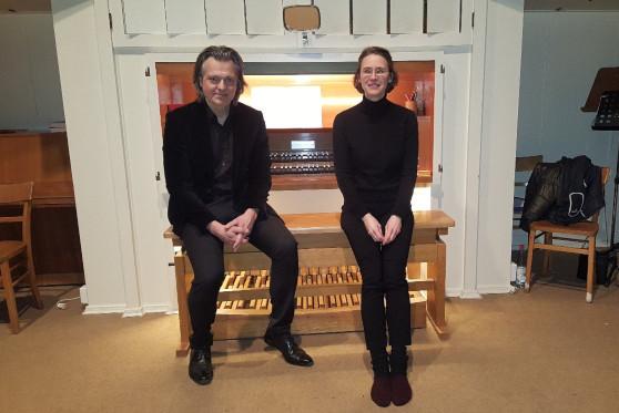 Foto: K. Heintel und A. Wiese an der Orgel