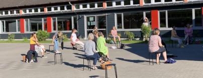 Foto Chorprobe auf Schulhof